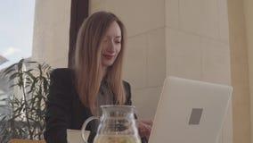 Weiblicher Rechtsanwalt arbeitet im Büro und sitzt am Laptop am Arbeitstag stock footage