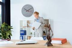 Weiblicher Rechtsanwalt mit Ordner von Dokumenten Lizenzfreie Stockbilder