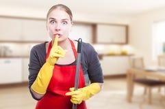 Weiblicher Reiniger, der eine Ruhegeste tut stockbild