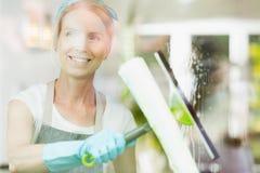 Weiblicher Reiniger mit einer Gummiwalze Stockfotos
