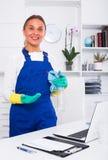 Weiblicher Reiniger mit Staubtuch lizenzfreie stockbilder