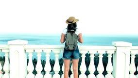 Weiblicher Reisender, der den erstaunlichen Meerblick betrachtet zum endlosen blauen Ozean und zum sauberen Himmel Sonnenuntergan stock video