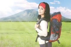 Weiblicher Reisender, der einen Berg wandert Lizenzfreie Stockfotos