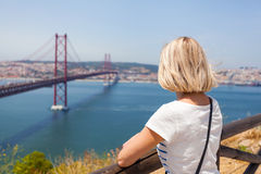 Weiblicher Reisender genießt Panoramablicke von Lissabon und von Brücke vom 25. April Stockfoto