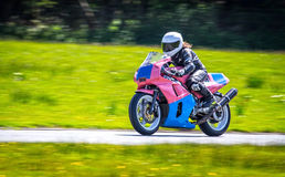 Weiblicher Rennläufer auf Motorrad Stockbilder