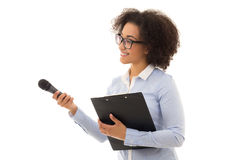 Weiblicher Reporter des Afroamerikaners mit Mikrofon und Klemmbrett I stockfotos