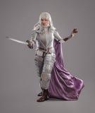 Weiblicher Ritter in glänzender Rüstung Lizenzfreies Stockfoto