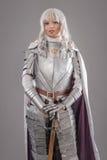 Weiblicher Ritter in glänzender Rüstung Lizenzfreie Stockfotografie