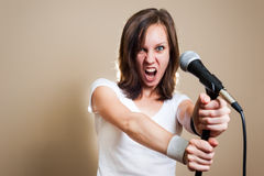 Weiblicher Sänger des Felsens auf grauem Hintergrund lizenzfreie stockfotografie