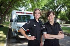 Weiblicher Sanitäter mit Krankenwagen Stockbilder