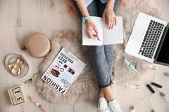 Weiblicher Schönheit Blogger mit Notizbuch und Laptop zuhause Stockbild