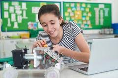 Weiblicher Schüler in der Wissenschafts-Lektion Robotik studierend Stockfoto