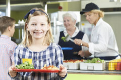 Weiblicher Schüler mit dem gesunden Mittagessen in der Schulkantine Lizenzfreie Stockfotos