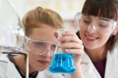 Weiblicher Schüler und Lehrer Conducting Chemistry Experiment Stockfotografie