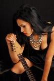 weiblicher Schalthebel mit Gitarre Stockbild