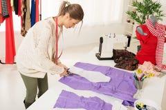 Weiblicher Schneider Cutting Material Stockbild