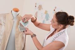 Weiblicher Schneider, der am Art und Weisestudio arbeitet Stockbild