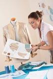 Weiblicher Schneider, der am Art und Weisestudio arbeitet Lizenzfreies Stockbild
