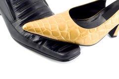 Weiblicher Schuh auf männlichen Schuhen Stockfoto