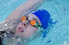 Weiblicher Schwimmer mit Schutzbrillen stockfoto
