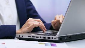 Weiblicher Sekretär, der auf dem Laptop, Projektdarstellung vorbereitend, Handnahaufnahme schreibt stock video footage