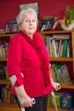 Weiblicher Senior mit Krücken Stockfotos