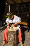 Weiblicher Silberschmied an der historischen Werkstatt lizenzfreies stockbild