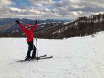 Weiblicher Skifahrer auf Bahn Lizenzfreies Stockbild