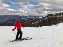 Weiblicher Skifahrer auf Bahn Stockbild