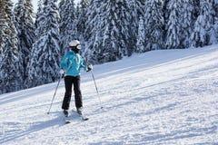 Weiblicher Skifahrer auf der Steigung Stockfotos