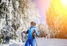 Weiblicher Skifahrer auf einer Skisteigung an einem sonnigen Tag Stockbild