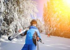 Weiblicher Skifahrer auf einer Skisteigung an einem sonnigen Tag Stockfoto