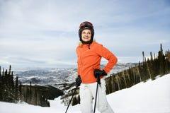 Weiblicher Skifahrer auf Ski-Steigung Stockbilder