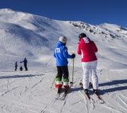 Weiblicher Skifahrer mit einem Jacke schriftlichen ITA, der für Italien und Hosen mit der italienischen Flagge am Erholungsort am Lizenzfreies Stockfoto