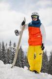 Weiblicher Snowboarder gegen Sonne und Himmel stockbild