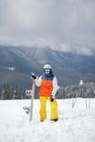 Weiblicher Snowboarder gegen Sonne und Himmel stockfotos