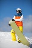Weiblicher Snowboarder gegen Sonne und Himmel stockfoto