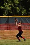 Weiblicher Softballspieler bereitet vor sich, Kugel abzufangen Stockbild