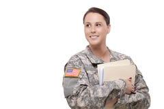 Weiblicher Soldat mit dem Ordner, der weg schaut Stockfotos