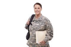 Weiblicher Soldat mit Dokumenten und Rucksack Lizenzfreie Stockfotos