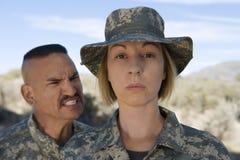Weiblicher Soldat und Kommandant lizenzfreies stockfoto
