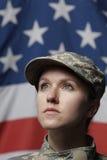 Weiblicher Soldat vor der US-Markierungsfahne, die oben, ver schaut Lizenzfreie Stockbilder