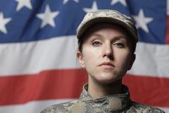 Weiblicher Soldat vor US-Markierungsfahne Stockfoto