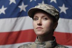 Weiblicher Soldat vor US-Markierungsfahne Stockfotografie