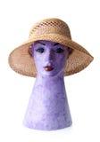 Weiblicher Sommerstrohhut auf dem Mannequin lokalisiert auf Weiß Lizenzfreies Stockbild