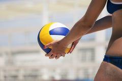 Weiblicher Spieler des Strandvolleyball und Ballspiel Stockfotos