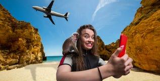 Weiblicher sportman Windsurfer mit Telefon auf dem Strand Stockfotografie