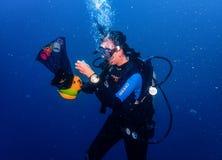 Weiblicher Sporttaucher, der unter Wasser eine Geschicklichkeitsübung durchführt lizenzfreie stockfotos