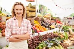 Weiblicher Stall-Halter am Landwirt-neues Lebensmittel-Markt stockfoto