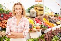 Weiblicher Stall-Halter am Landwirt-neues Lebensmittel-Markt lizenzfreie stockfotos